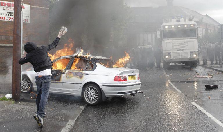 Μπέλφαστ: Βίαιες συγκρούσεις μεταξύ αστυνομίας – διαδηλωτών | tovima.gr