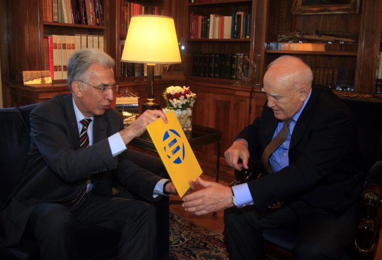 Παραδόθηκε στον Κ. Παπούλια η έκθεση του Συνηγόρου της Ε.Ε. για το 2011   tovima.gr