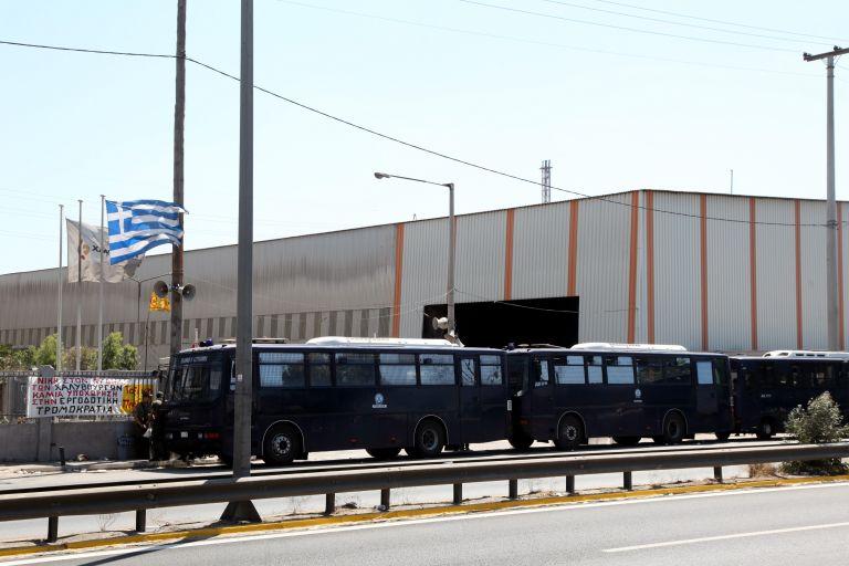 Χαλυβουργοί: Επαναπρόσληψη απολυμένων και αποχώρηση των ΜΑΤ | tovima.gr