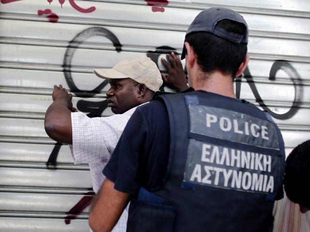Σύλληψη αστυφύλακα για παράνομη κατακράτηση και εκβίαση μετανάστη   tovima.gr