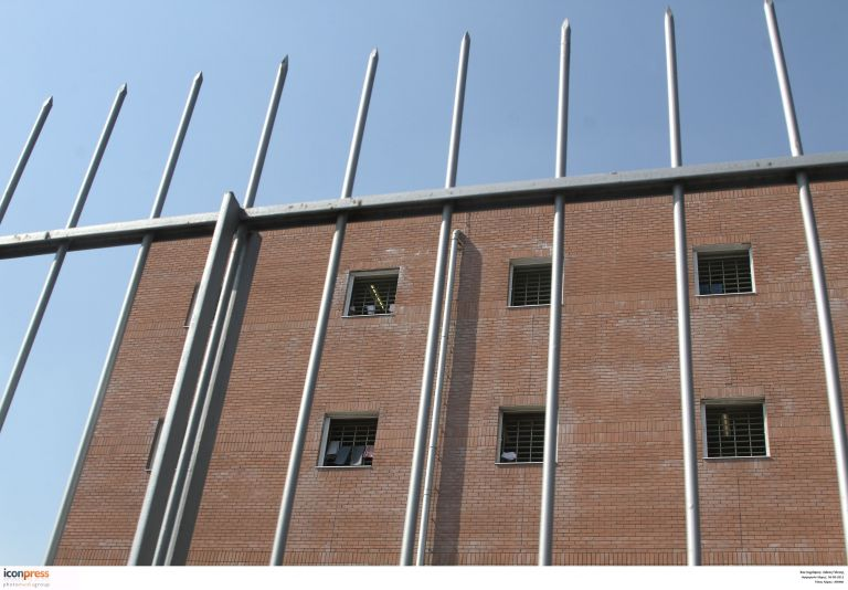 «Kόντρα» στη Βουλή για τα Κέντρα Υποδοχής και Κράτησης Μεταναστών   tovima.gr