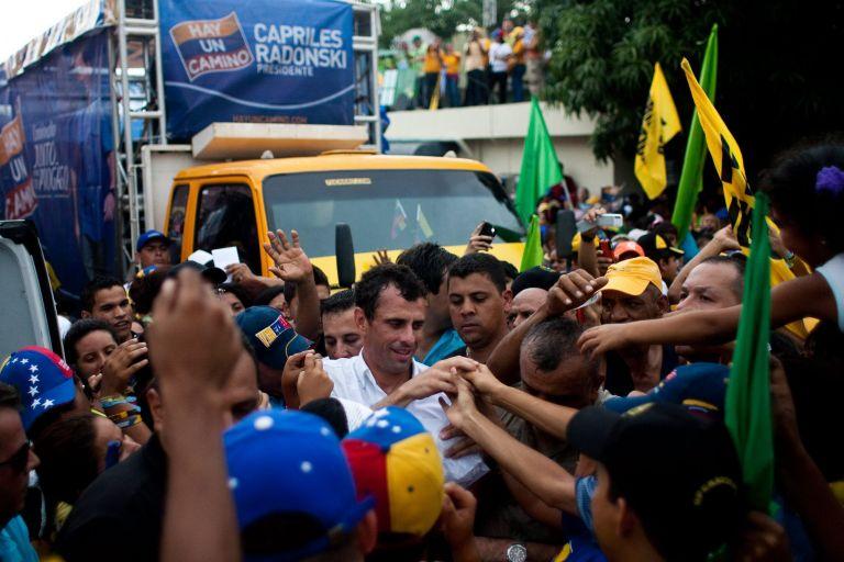 Βενεζουέλα: Ο Καπρίλες μειώνει τη διαφορά του από τον Τσάβες   tovima.gr