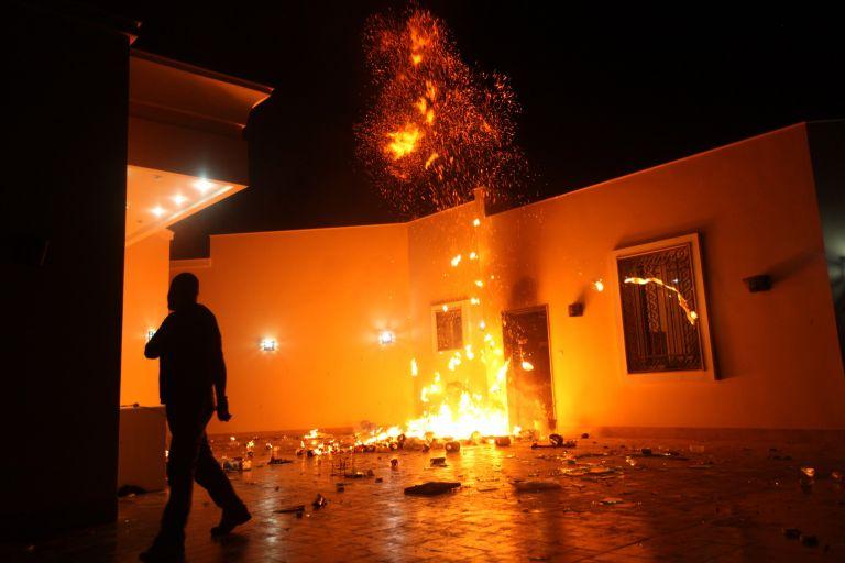 Βεγγάζη: Ενας αμερικανός νεκρός από έφοδο διαδηλωτών στο προξενείο | tovima.gr