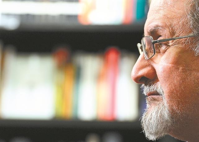 Σαλμάν Ρούσντι: Πάντα με κατηγορούν ότι γράφω αυτοβιογραφία! | tovima.gr