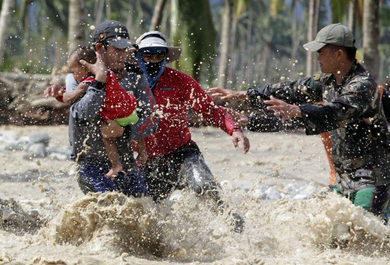 Δεκάδες νεκροί από πλημμύρες σε Φιλιππίνες και Μαλαισία | tovima.gr