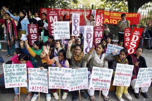Ινδία: Μεγάλες διαδηλώσεις στο Δελχί για τον ομαδικό βιασμό της φοιτήτριας   tovima.gr