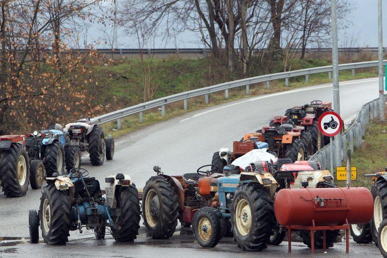 Βγάζουν τα τρακτέρ στους δρόμους οι αγρότες | tovima.gr