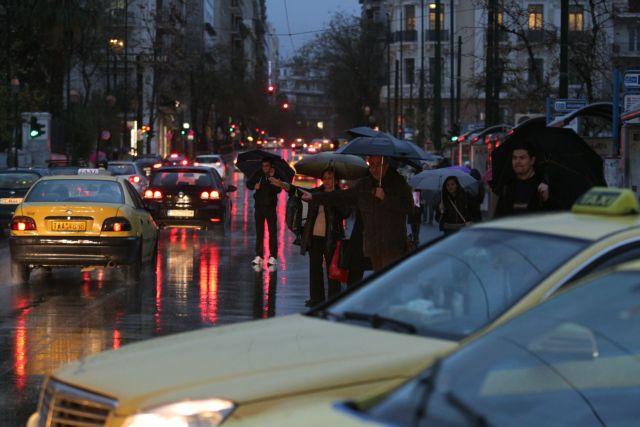 Μετ' εμποδίων οι μετακινήσεις στους δρόμους της Αθήνας λόγω βροχής | tovima.gr