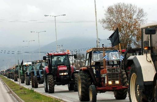 Ημαθία: Συγκεντρωμένοι στην Εγνατία παραμένουν οι αγρότες | tovima.gr