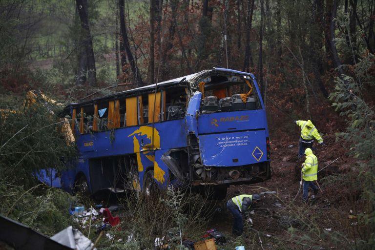 Πορτογαλία: 10 νεκροί – 33 τραυματίες από πτώση λεωφορείου σε χαράδρα | tovima.gr
