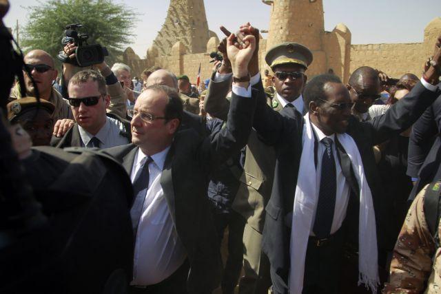 Με επευφημίες και «Vive La France» υποδέχτηκαν τον Ολάντ στο Μάλι | tovima.gr
