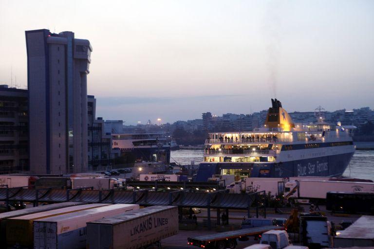 Κανονικά εκτελούνται τα δρομολόγια των πλοίων στα λιμάνια της Αττικής | tovima.gr