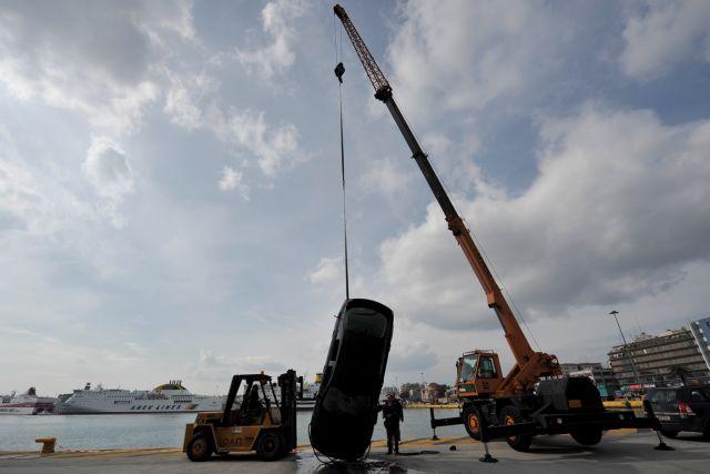 Αυτοκίνητο έπεσε στη θάλασσα στο λιμάνι του Πειραιά | tovima.gr
