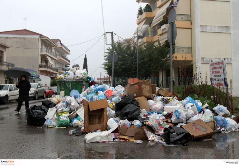 Σκουπίδια 40 ημερών συσσωρεύονται στην Τρίπολη | tovima.gr