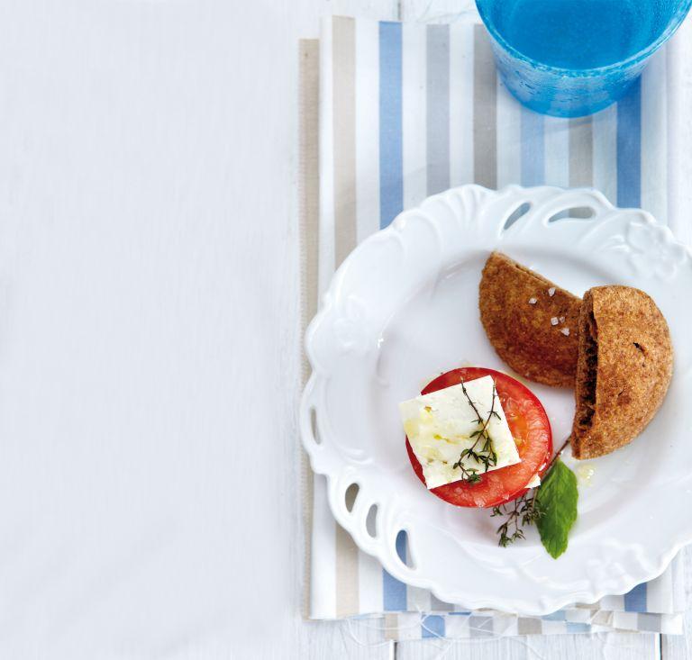 Σαλάτα µε ντοµάτα, φέτα και αρωµατικές πίτες | tovima.gr
