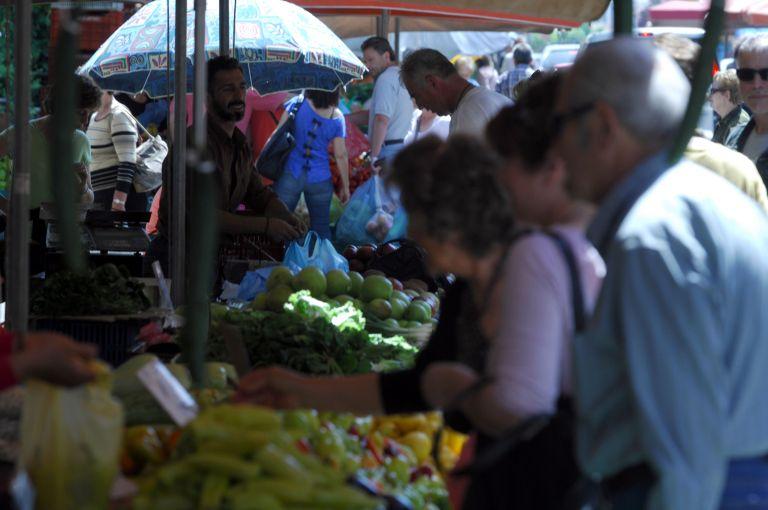 Συγκέντρωση παραγωγών λαϊκών αγορών έξω από το υπ. Οικονομικών   tovima.gr