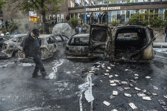 Πυρπόλησαν τα σύμβολα της μεσαίας τάξης στη Στοκχόλμη | tovima.gr