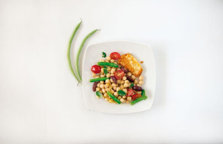 Σαλάτα µε ρεβίθια, φασολάκια και ψητό χαλούµι | tovima.gr