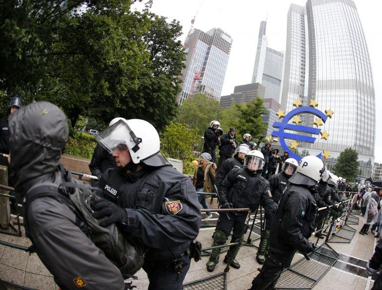 Σε κλοιό διαδηλωτών η ΕΚΤ στη Φραγκφούρτη | tovima.gr