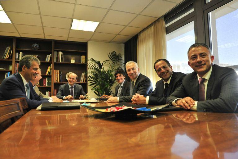 Συνάντηση Χατζηδάκη και εταιρειών κινητής | tovima.gr