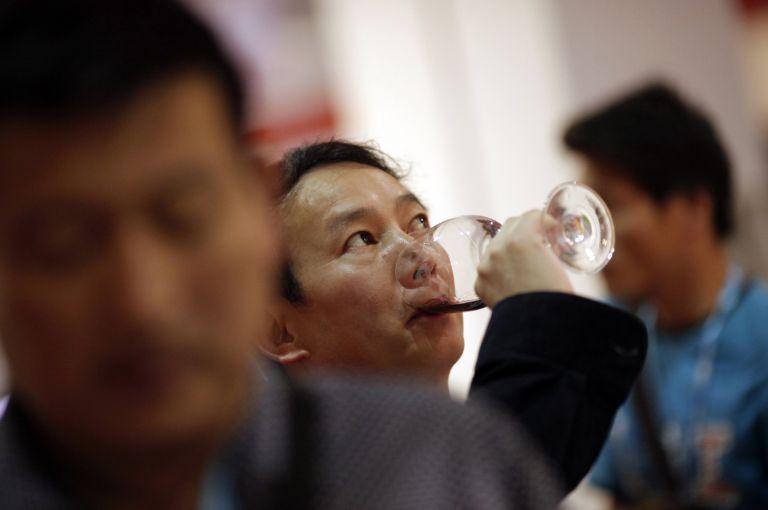 Ολάντ: Ζητά έκτακτη σύνοδο της ΕΕ για την κινεζική έρευνα στα ευρωπαϊκά κρασιά | tovima.gr