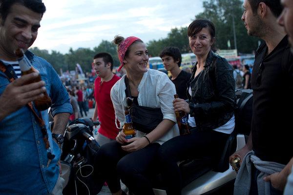 Μπύρα Efes στην υγειά του Ερντογάν ήπιαν οι καταληψίες της Ταξίμ   tovima.gr