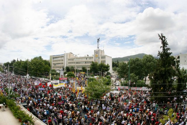 Thousands congregate outside ERT facilities in solidarity | tovima.gr