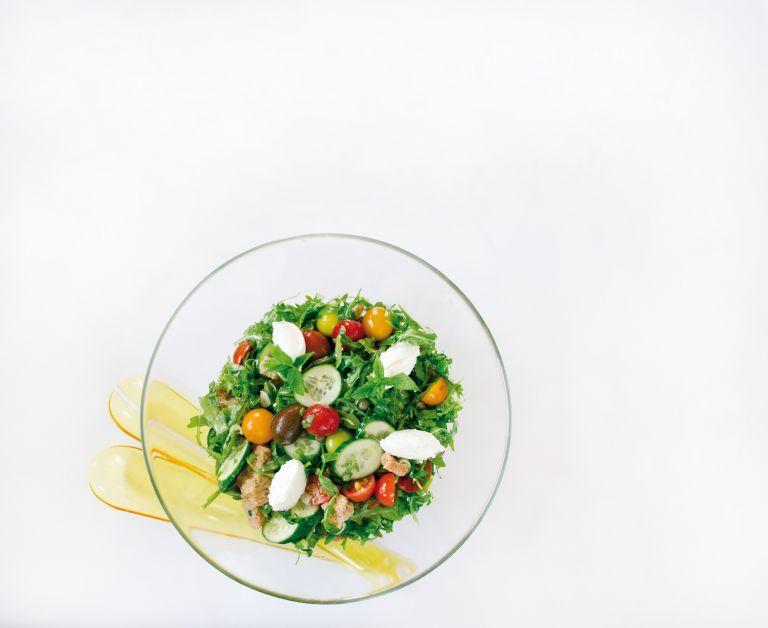 Σαλάτα µε ντοµατίνια, ρόκα και κατίκι | tovima.gr