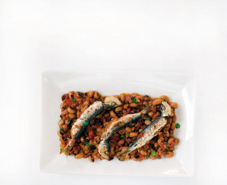 Σαρδέλες στον φούρνο επάνω σε µαυροµάτικα | tovima.gr
