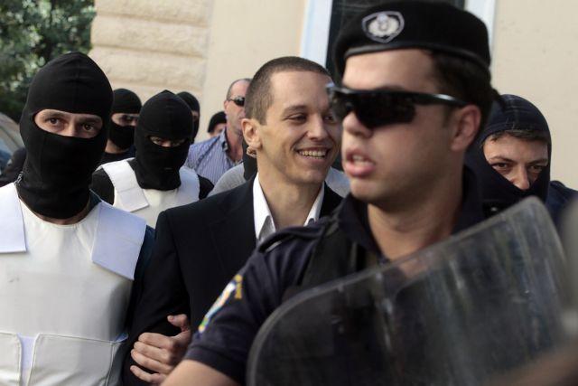 Detained Golden Dawn MP Kasidiaris taken to Parliament | tovima.gr
