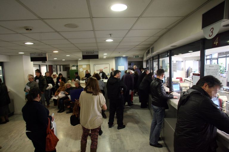Μηνιαία παρακράτηση φόρου για μισθωτούς,συνταξιούχους από το 2015 | tovima.gr