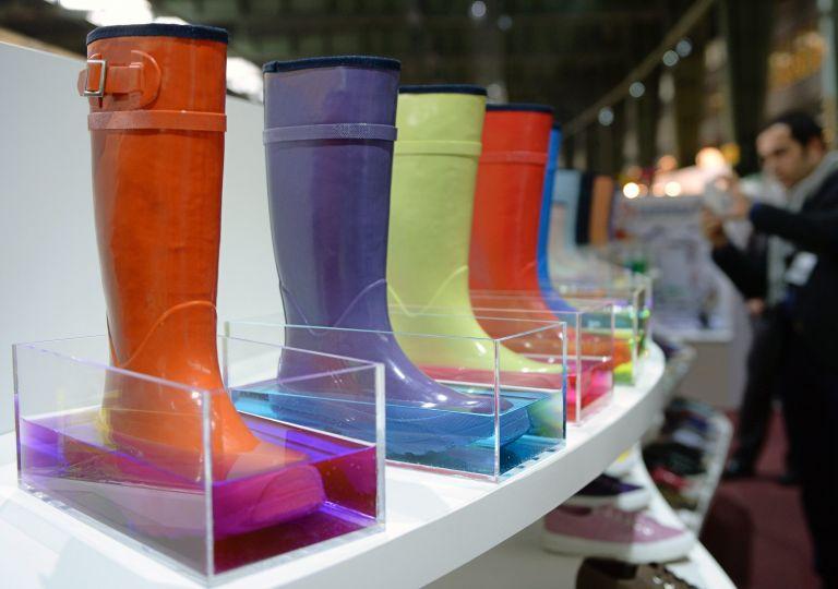 Ρωσία: Γυναίκα χάρισε κατά λάθος 6.500 δολάρια μαζί με μπότες   tovima.gr