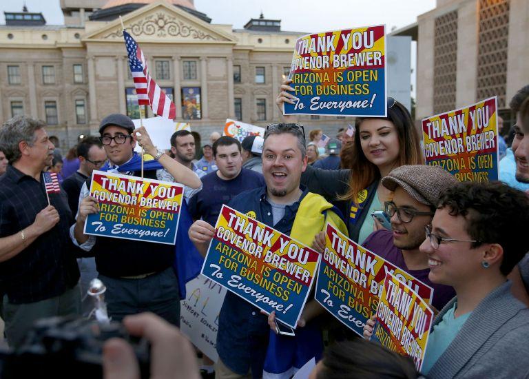 Η κυβερνήτης της Αριζόνα ακύρωσε ρατσιστικό νόμο | tovima.gr