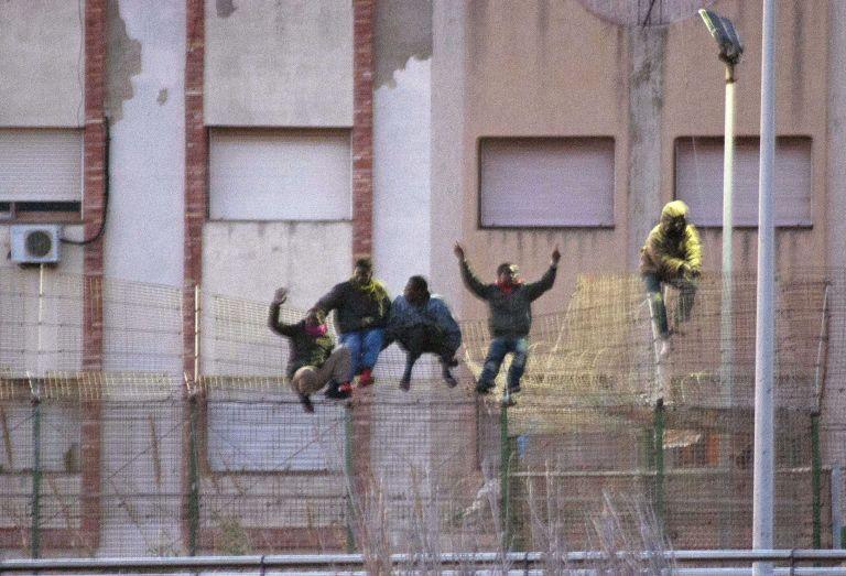 Πάνω από 200 αφρικανοί μετανάστες πέρασαν τα ισπανικά σύνορα   tovima.gr