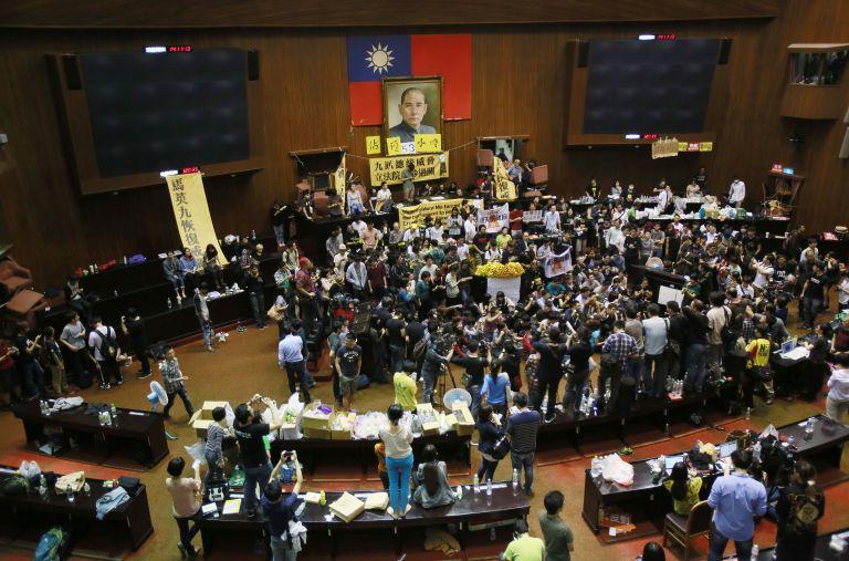 Εκατοντάδες φοιτητές κατέλαβαν το Κοινοβούλιο της Ταϊβάν | tovima.gr