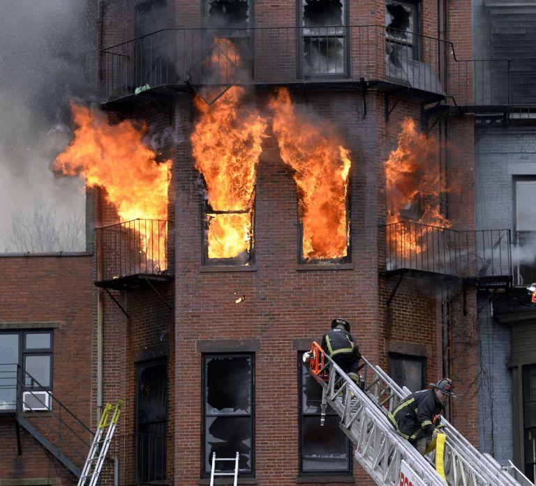 Βοστώνη: Νεκροί 2 πυροσβέστες που έδωσαν μάχη με φλεγόμενο κτίριο | tovima.gr