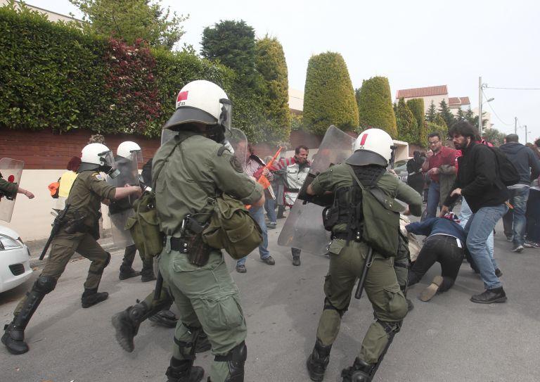 ΜΑΤ και διαδηλωτές αντιμέτωποι έξω από τις φυλακές Δομοκού   tovima.gr