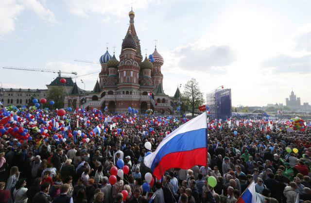 Χιλιάδες διαδηλωτές κατέκλυσαν την Κόκκινη Πλατεία για την Πρωτομαγιά | tovima.gr