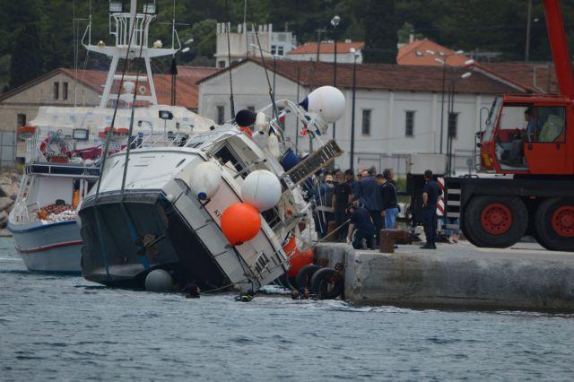 Refugees rescued off coast of Samos transferred to Piraeus   tovima.gr