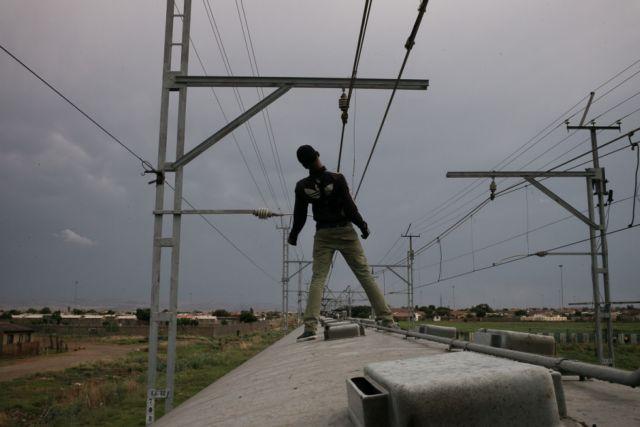 Ρισκάρουν τη ζωή τους οι «σέρφερ των τρένων» της Νότιας Αφρικής   tovima.gr