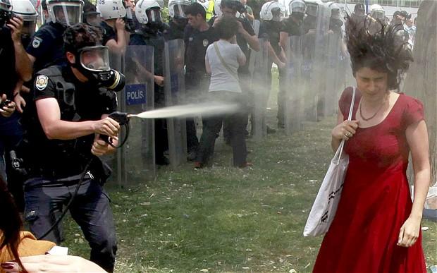 Τουρκία: Τιμωρία του αστυνομικού ζητά η γυναίκα με το κόκκινο φόρεμα   tovima.gr