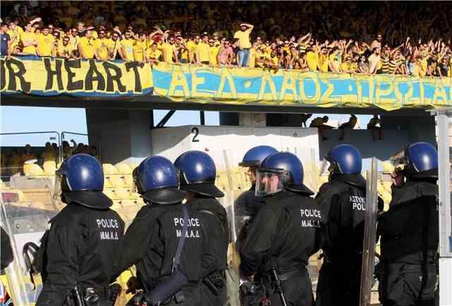 Κύπρος: Διεκόπη το ντέρμπι τίτλου ΑΕΛ-ΑΠΟΕΛ λόγω επεισοδίων | tovima.gr