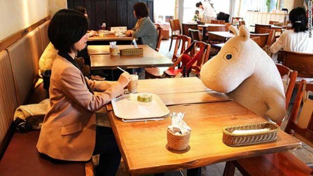 Καφετέρια κατά της μοναξιάς στην Ιαπωνία | tovima.gr
