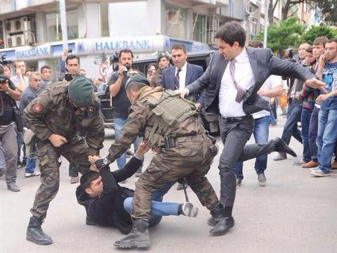 Αναρρωτική άδεια πήρε ο σύμβουλος Ερντογάν που κλώτσησε διαδηλωτή   tovima.gr