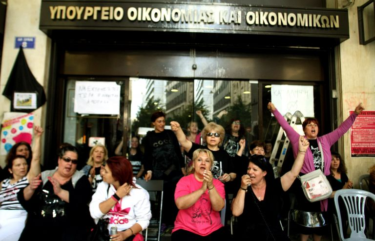 Cleaners continue fight against suspensions and illegal dismissals | tovima.gr