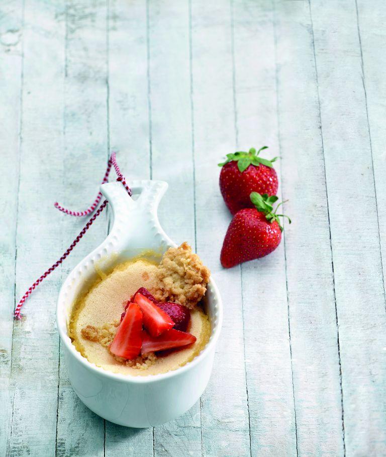 Κρέμα λεμόνι με φράουλες και μπισκότο αμυγδάλου | tovima.gr