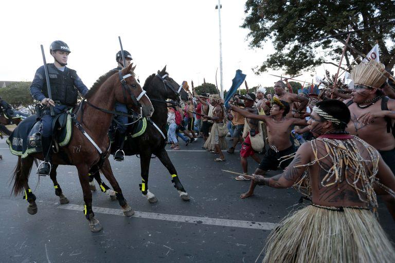 Βραζιλία: Oι ιθαγενείς στο πλευρό των διαδηλωτών για το Μουντιάλ | tovima.gr