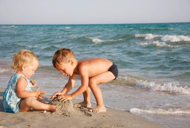 Τι πρέπει να προσέχουν τα παιδιά στην παραλία και στο βουνό | tovima.gr