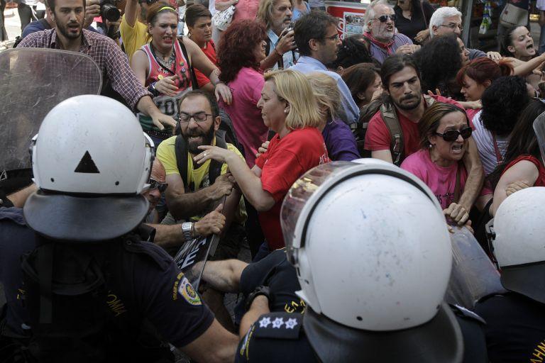 Η ΠΟΕΣΥ καταδικάζει τη βία κατά των δημοσιογράφων από τα ΜΑΤ | tovima.gr