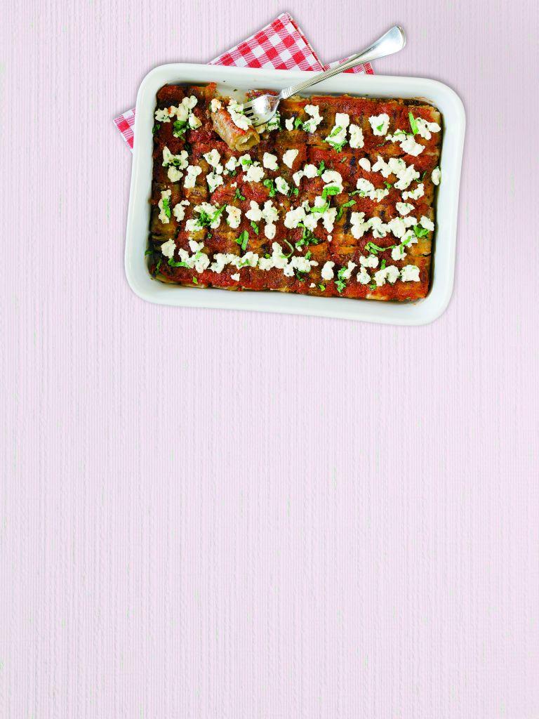 Ρολάκια μελιτζάνας με ανθότυρο και σάλτσα ντομάτας | tovima.gr